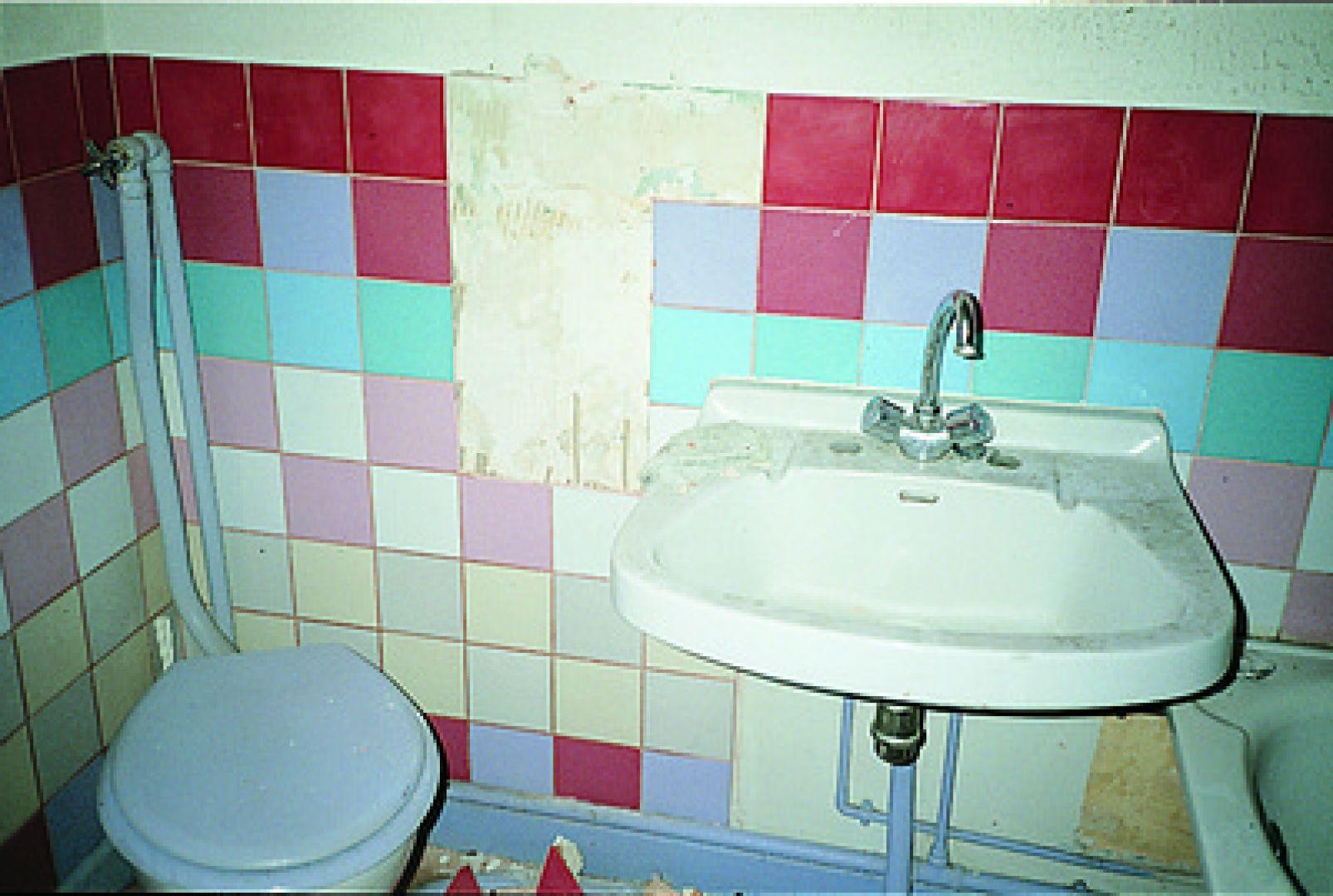 gạch ốp nhà vệ sinh - gạch bong tróc