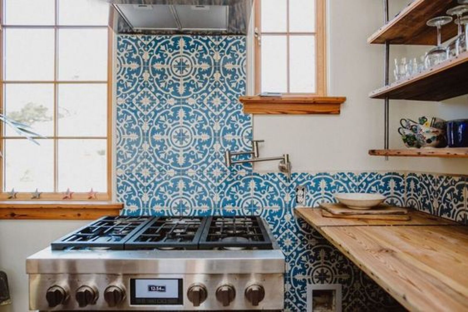 gạch ốp tường bếp - gạch bông màu xanh